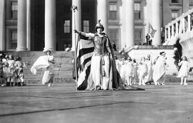 Hedwig Reicher as Columbia on the steps of the Treasury Building in Washington, DC, March 3, 1913.